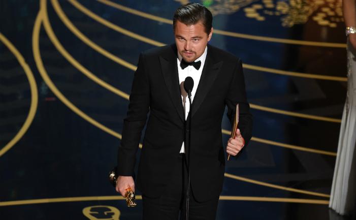 """Leonardo DiCaprio câştigă prima sa statuetă de aur pentru rolul său în filmul """"The Revenant""""."""