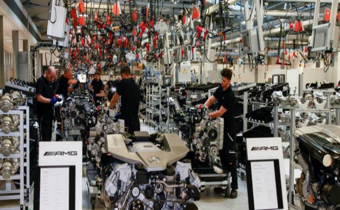 Compania Mercedes şi-a dat seama că roboţii industriali nu ar fi putut să  asambleze unele componente, cum ar fi sistemul care proiectează  informaţii pe parbriz.