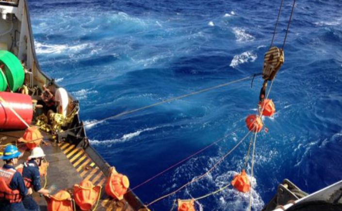 Cercetătorii în timp ce scufundă hidrofonul