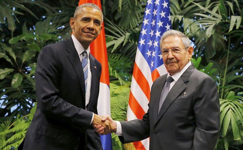 Preşedintele american Barack Obama (st) dă mâna cu omologul său cubanez Raul Castro în Havana, 21 martie 2016.