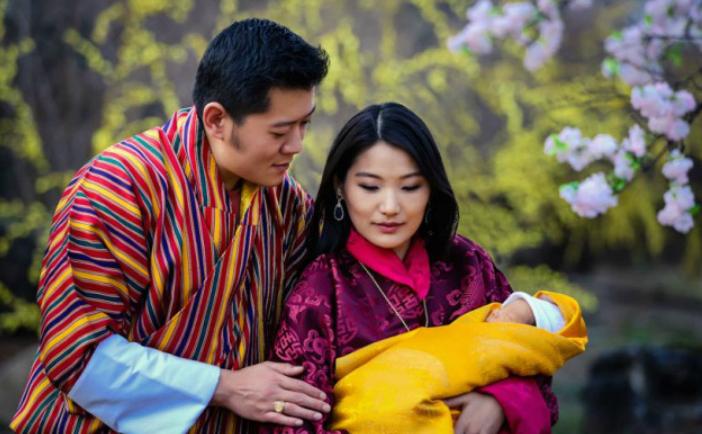 Regatul Bhutan plantează 108.000 copaci pentru a sărbători naşterea micuţului lor prinţ.
