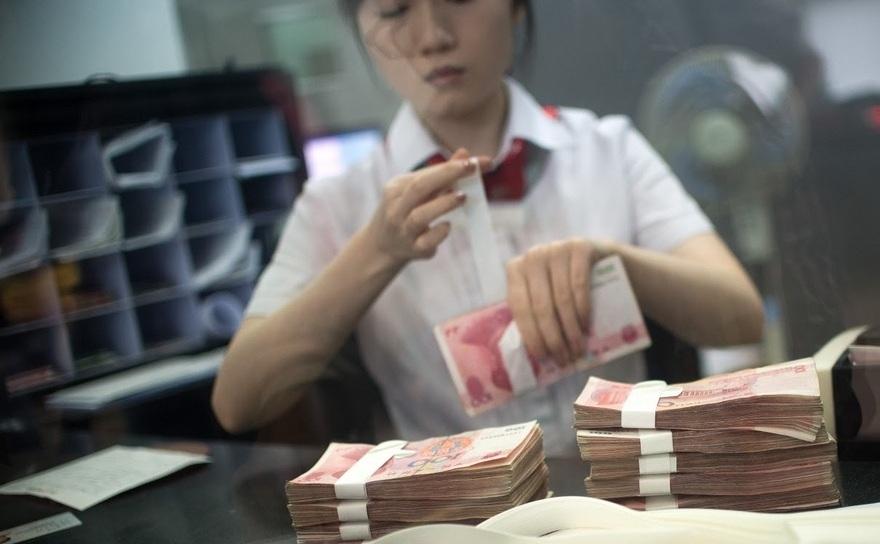 Yuani la un ghişeu al Băncii Comerciale din China (ICBC)