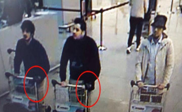 """Khalid şi Ibrahim el-Bakraoui, cei doi fraţi atentatori sinucigaşi din Zaventem (stânga) şi Faycal Cheffou, """"ziaristul terorist"""" (dreapta)"""