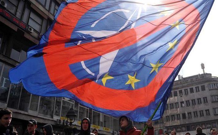 Un bărbat flutură un steag în timpul unei demonstraţii împotriva NATO în Belgrad, Serbia, 27 martie 2016.