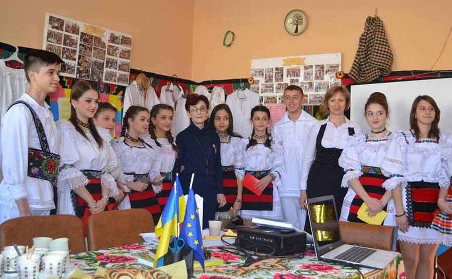 Euroclubul de la şcoala din Apşa de Mijloc (Transcarpatia), unde elevii şi profesorii se întrunesc lunar şi organizează Şezători culturale.