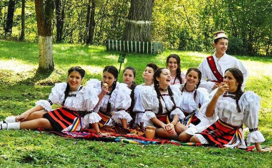 Fete din Transcarpatia, în costume tradiţionale maramureşene.