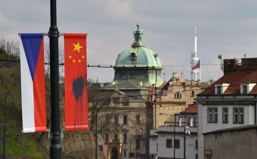 Zeci de steaguri chineze, care au fost arborate pe străzile capitalei cehe Praga înaintea unei vizite din partea preşedintelui chinez, au fost vandalizate.