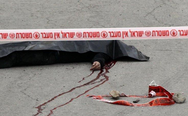Palestinian rănit după ce ataca soldaţi israelieni cu cuţitul este executat cu sânge rece de un soldat israelian prin împuşcare în cap de la mică distanţă. Omul era întins pe jos la momentul împuşcării, Hebron, 23 martie 2016