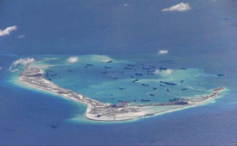 Nave chineze în apele ce înconjoară Reciful Mischief din Arhipelagul Spratly, în Marea Chinei de Sud. Fotografia a fost realizată de avionul american de spionaj P-8A Poseidon şi oferită Marinei SUA în 21 mai 2015.