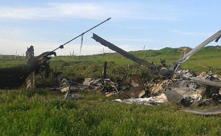 Rămăşiţele unui elicopter al forţelor azere se află pe un câmp în regiunea Nagorno-Karabah, 2 aprilie 2016.