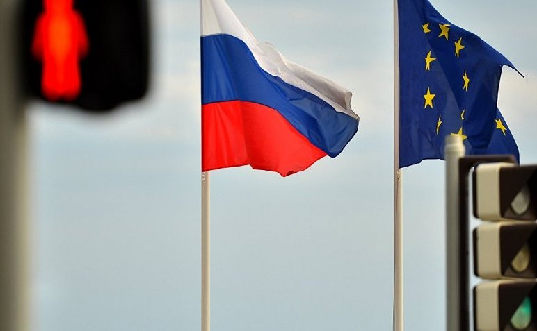 Steagul Rusiei flutură alături de cel al Uniunii Europene.