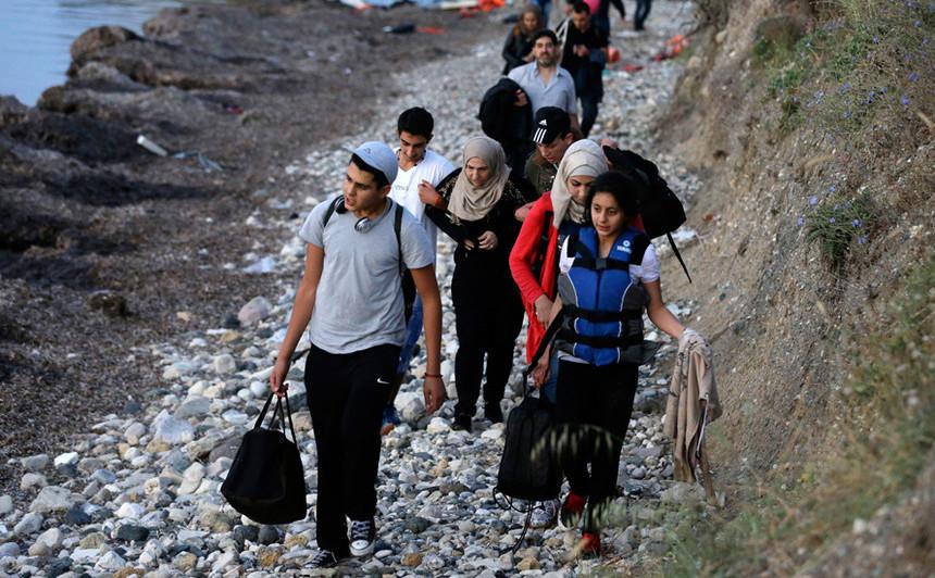 Un grup de imigranţi soseşte pe insula elenă Lesbos.