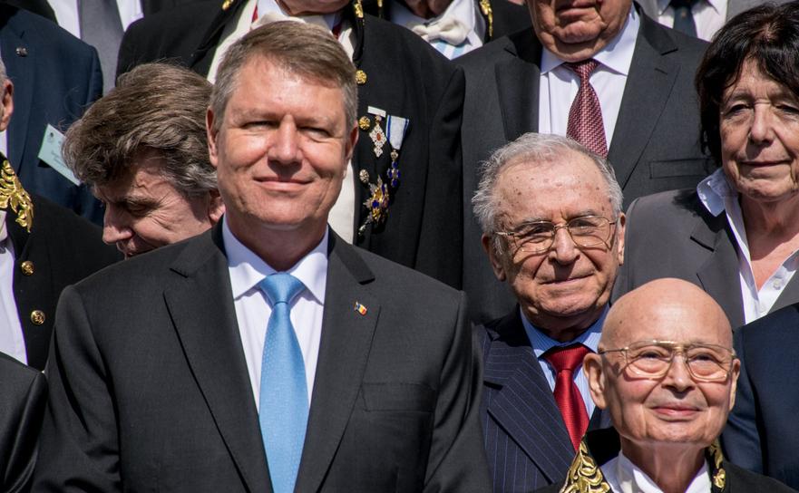Klaus Iohannis şi Ion Iliescu, la evenimentul dedicatîmplinirii a 150 de ani de la înfiinţarea Academiei Române, 04 aprile 2016.