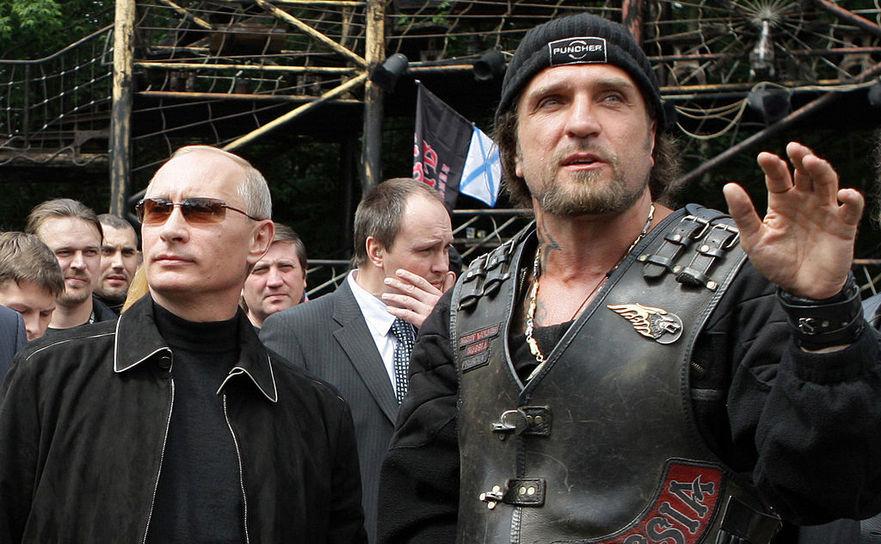 Vladimir Putin împreună cu Alexander Zaldostanov, liderul bikerilor moscoviţi Lupii nopţii în Moskova, 7 iulie 2009