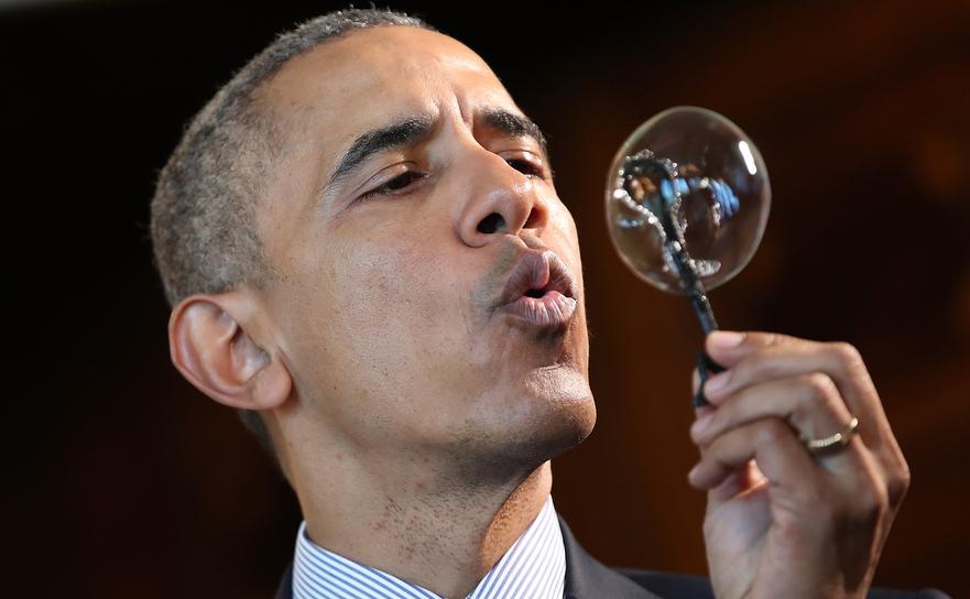 Barack Obama umflând o bulă de săpun 13 aprilie 2016 în Washington