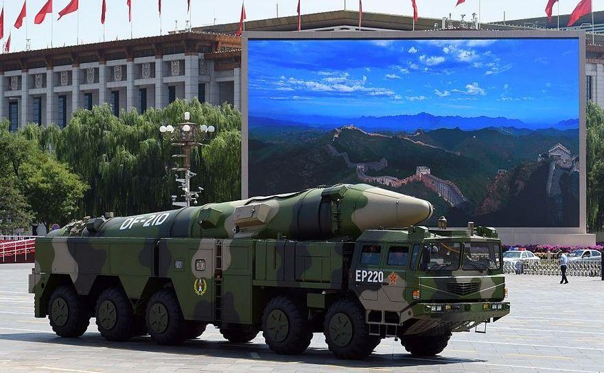 Un camion al armatei chineze cară o rachetă DF-21D la o paradă în Piaţa Tiananmen, 3 septembrie 2015