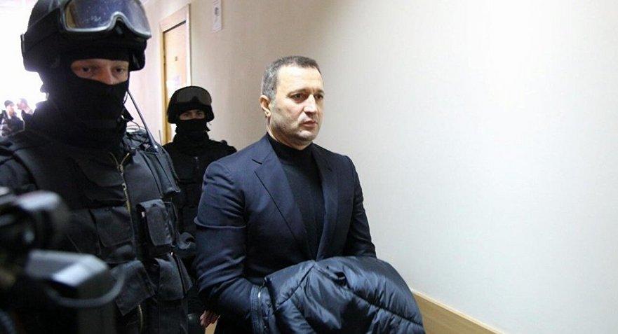 Vlad Filat escortat de mascaţi