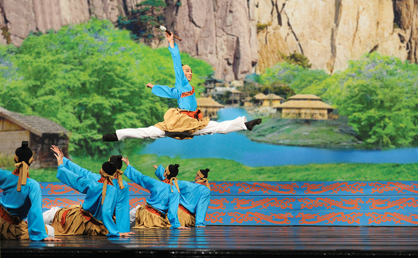 Dansatorii companiei internaţionale Shen Yun Performing Arts