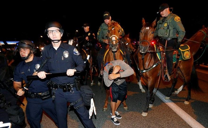 Protest anti-Trump în oraşul Costa Mesa din California, 28 aprilie 2016.