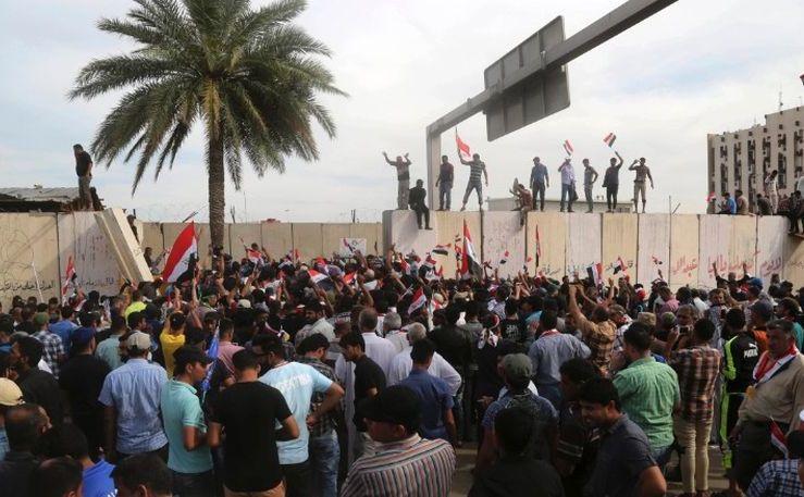 Susţinători ai şeicului Muqtada al-Sadr păşesc pe zidurile Zonei Verzi din Bagdad, 30 aprilie 2016.