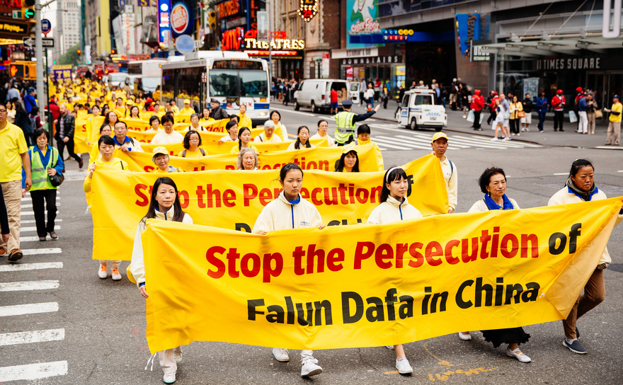 Peste 10 mii de aderenţi Falun Gong marchează Ziua Falun Gong în Manhattan, New York