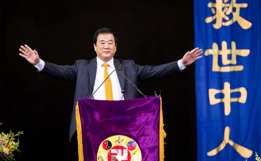 Dl. Li Hongzhi, fondatorul mişcării spirituale Falun gong, ia cuvântul în faţa a 10 mii de aderenţi strânşi la Barclay's Center în Brooklyn, New York 15 mai 2016.