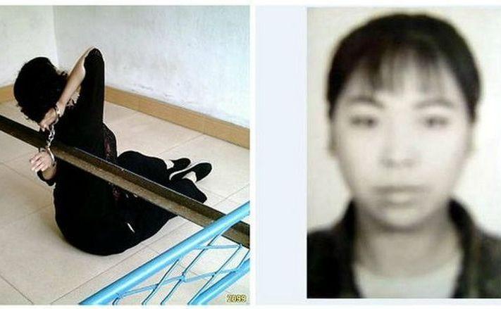 În   dreapta, Wang Yuqing, iar în stânga este descrisă una dintre torturile   îndurate de dânsa într-o închisoare din China între 2003 şi 2006.