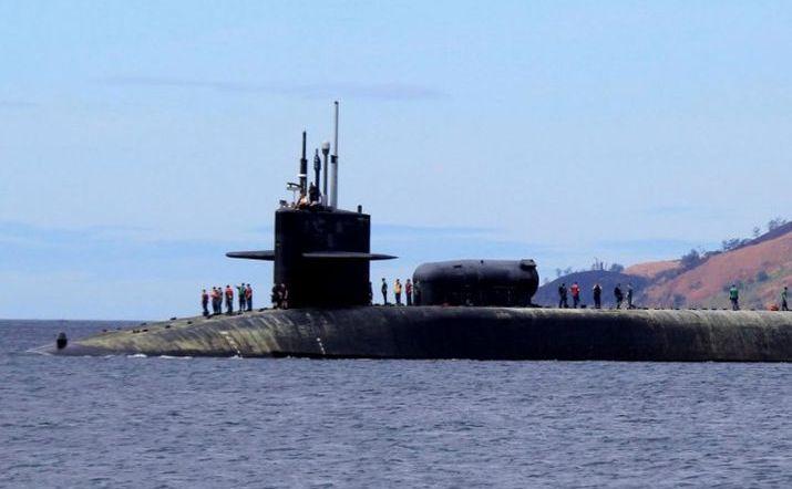 Marinarii americani stau pe submarinul USS Michigan (SSGN-727), un submarin cu rachete ghidate din clasa Ohio, în timp ce se pregăteşte să andocheze în Subic Freeport, o fostă bază maritimă americană, situată la 70 km vest de Manila, Filipine, 25 martie 2014.