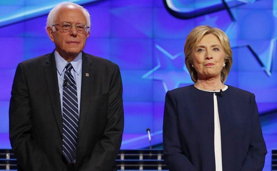 Bernie Sanders (st) şi Hillary Clinton.