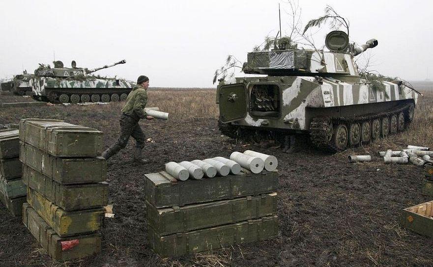 Un soldat separatist încarcă un proiectil într-un autotun tanc în regiunea Doneţk, estul Ucrainei, 4 februarie 2016.