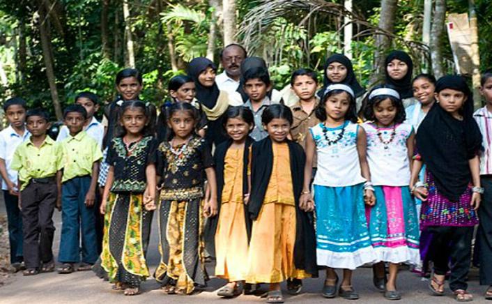 Gemenii din satul Kodinhi, districtul Kerala, India
