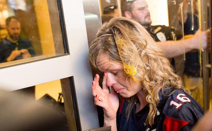 O susţinătoare a miliardarului Donald Trump lovită cu un ou în timpul unor ciocniri violente cu opozanţii acestuia în oraşul San Jose,  California, 2 iunie 2016.