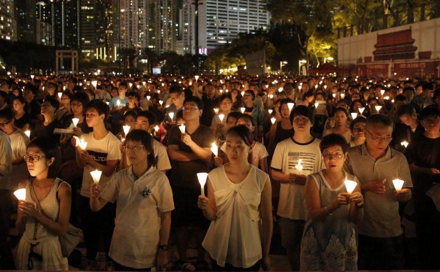 Zeci de mii de oameni participă la un priveghi în Victoria Park, pentru a comemora victimele masacrului comis în 1989 în Piaţa Tiananmen din Beijing de către regimul comunist chinez, 4 iunie 2016, Hong Kong.