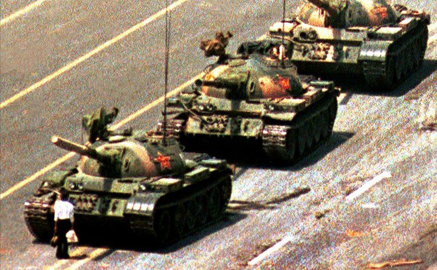 Un bărbat chinez, numit omul-tanc, împiedică o coloană de tancuri să ajungă în Piaţa Tiananmen din Beijing, în 5 iunie 1989.