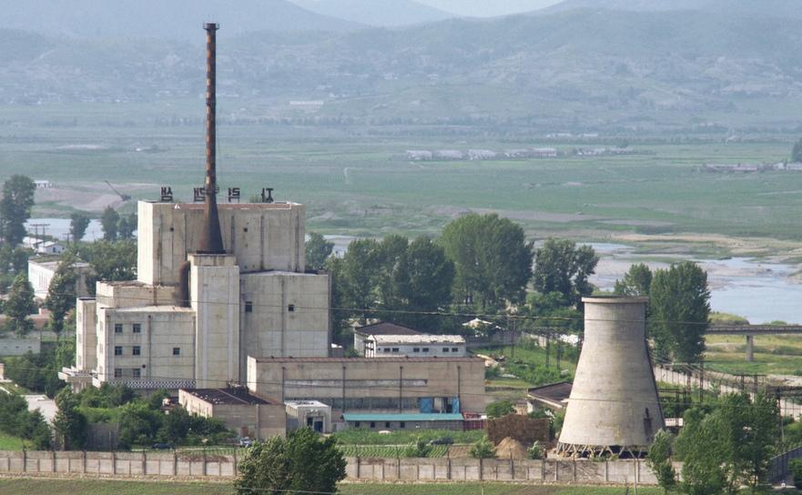 O centrala nord-coreeană din Yongbyon, 27 iunie 2008, înainte să se demoleze un turn de răcire (în dreapta).