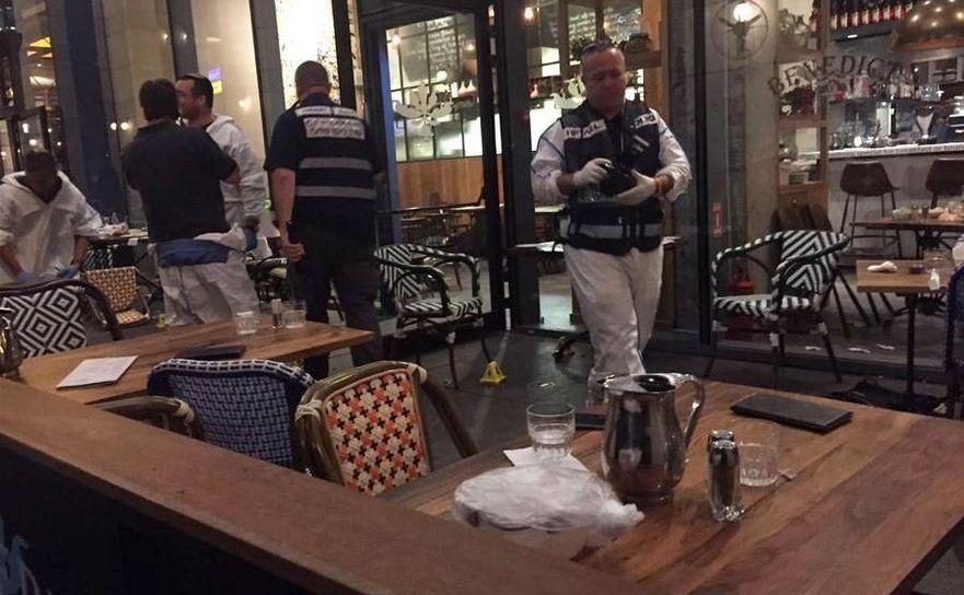Poliţiştii isralieni investighează locul unui atac armat – restaurantul  Sarona Market din Tel Aviv – soldat cu patru morţi şi cinci răniţi, 8  iunie 2016.
