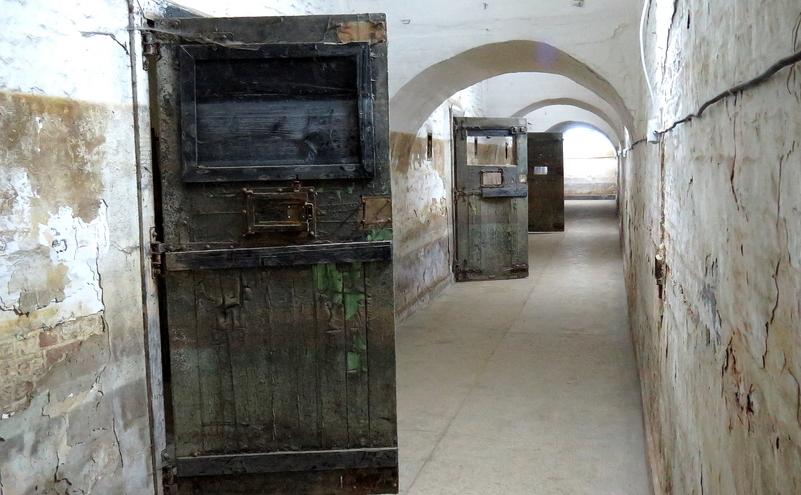 Uşi de închisoare