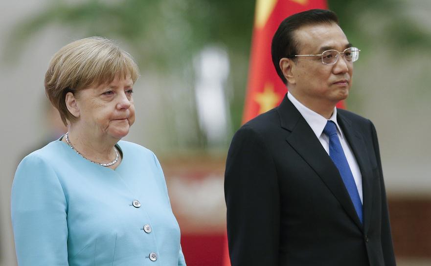 Cancelarul german Angela Merkel împreună cu premierul chinez Li Keqiang la ceremonia de primire în Marea Sală a Poporului, Beijing, 13 iunie 2016