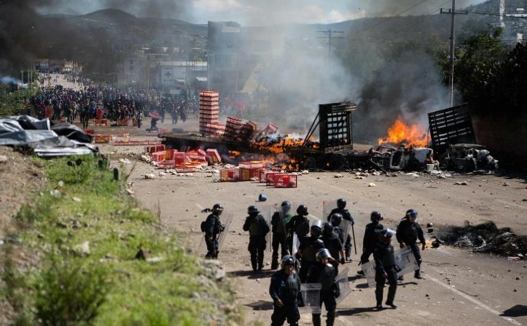 Ciocniri violente între poliţie şi profesori în statul mexican Oaxaca, 19 iunie 2016.