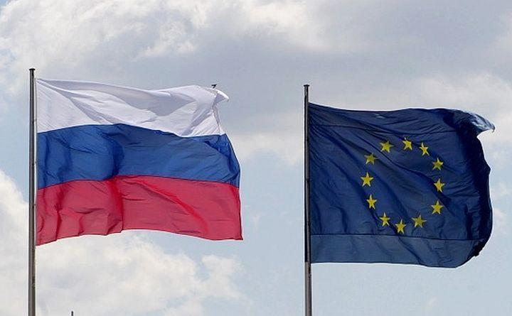 Steagul Federaţiei Ruse (st) şi cel al Uniunii Europene.