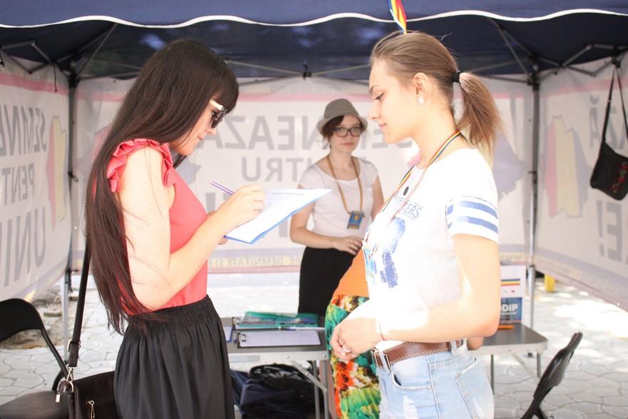 Basarabenii semnează pentru unire
