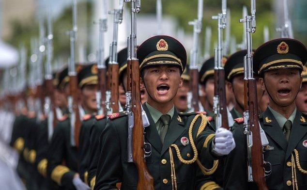 Soldaţii armatei populare de eliberare pe 1 iulie 2013 în Hongkong