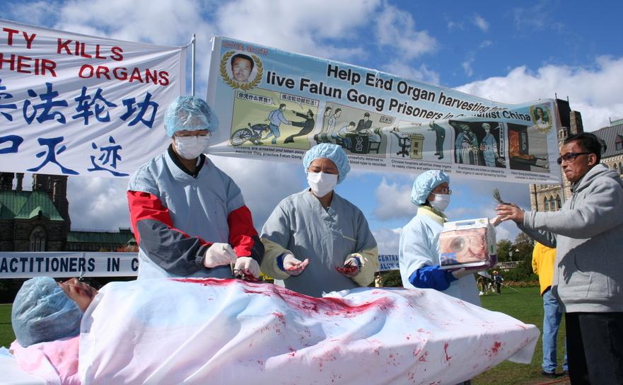 O reconstituire a practicii recoltării de organe din China pusă în scenă de aderenţii Falun Gong, în timpul unui miting din Ottawa, Canada, 2008.