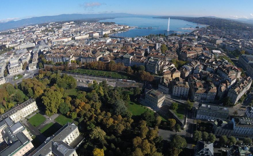 Oraşul Geneva din Elveţia, unde sunt depozitate opere de artă de către miliardarii lumii