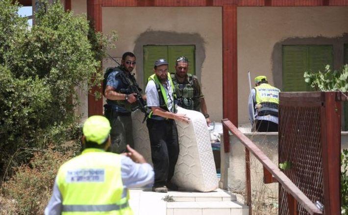 Forţele de securitate israeliene cercetează locuinţa fetiţei ucise în Kiryat Arba, 30 iunie 2016.