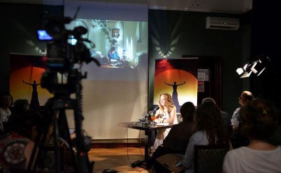 Criticul de teatru Marina Constantinescu prezentând selecţia oficială a spectacolelor Festivalului Naţional de Teatru, 2016