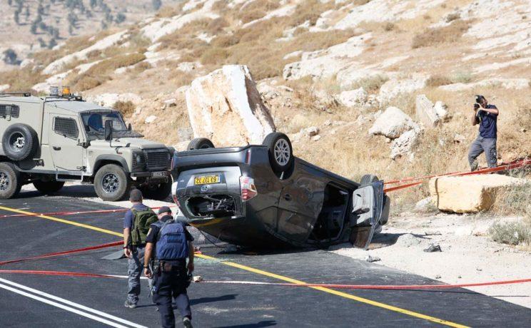 Poliţiştii israelieni investighează scena unui atac armat în apropiere de Hebron, Cisiordania, 1 iulie 2016.
