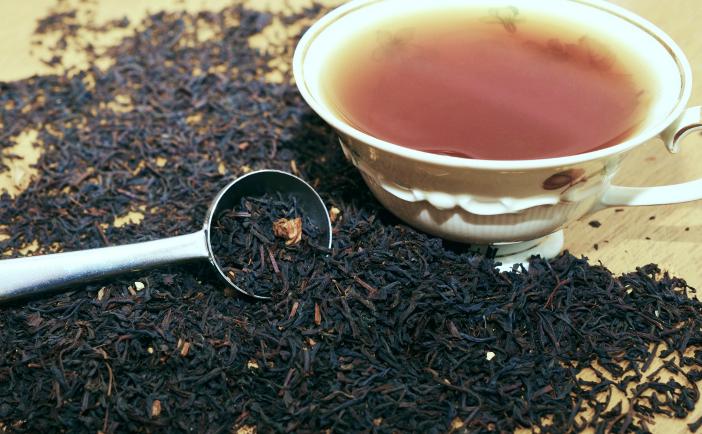 Ceaiul negru se produce prin fermentarea frunzelor de ceai timp de câteva săptămâni