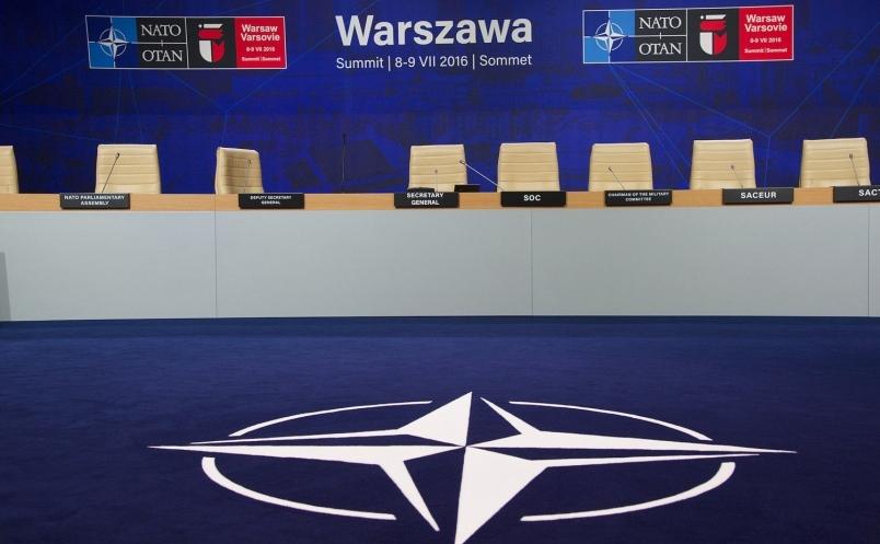 Sigla NATO văzută într-o sală a Stadionului Naţional PGE din Varşovia, unde are loc Summitul alianţei în 8-9 iulie 2016.