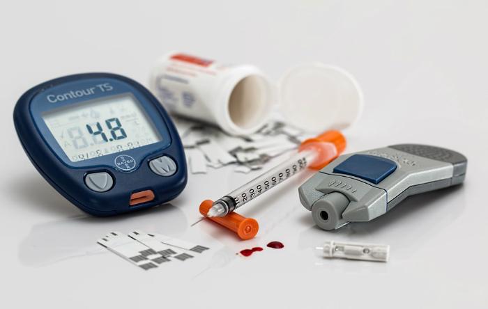 Diabetul zaharat este o boală în care concentraţia sanguină a glucozei  (glicemia) creşte foarte mult din cauza producţiei insuficiente de  insulină. Insulina, un hormon eliberat de pancreas, controlează  cantitatea de glucoză din sânge.